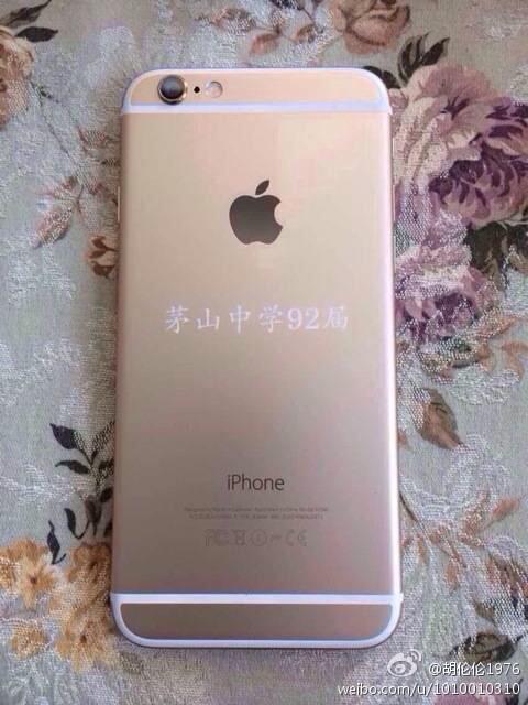 """手机的机盖背后都写着同样的字:""""茅山中学92届""""。"""